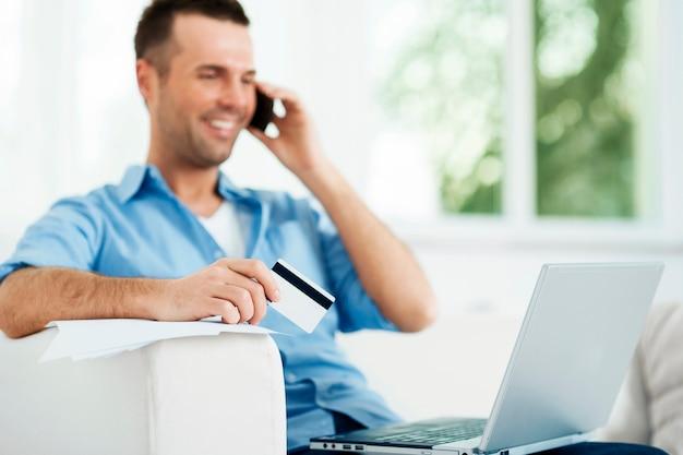 Homem atraente pagando contas