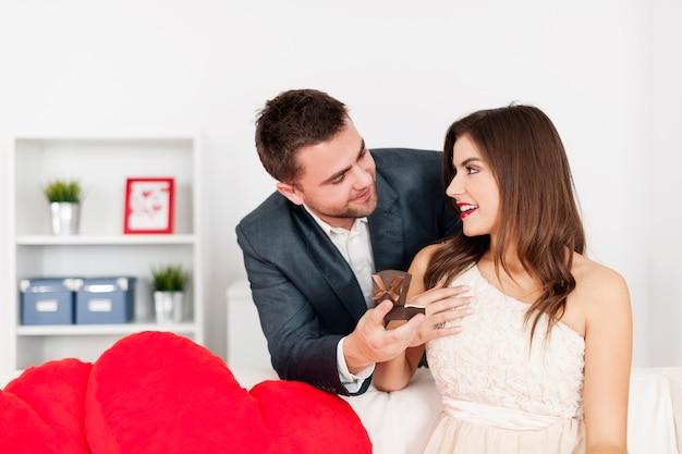 Homem atraente pedindo mulher em casamento