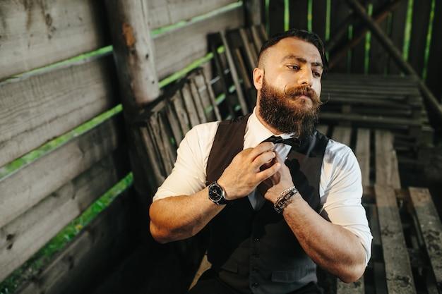 Homem atraente se preparando