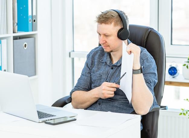 Homem atraente trabalhando distante