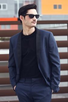 Homem atraente vestindo um terno azul escuro Foto gratuita