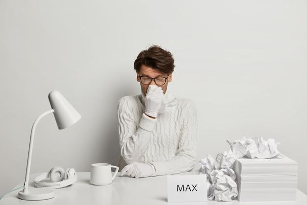 Homem autônomo ou trabalhador de escritório sofre de coriza