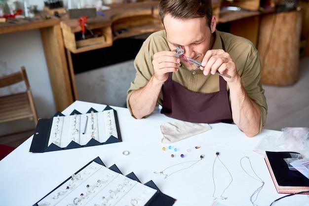 Homem avaliar jóias na loja