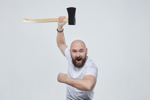 Homem balança um machado emocionalmente