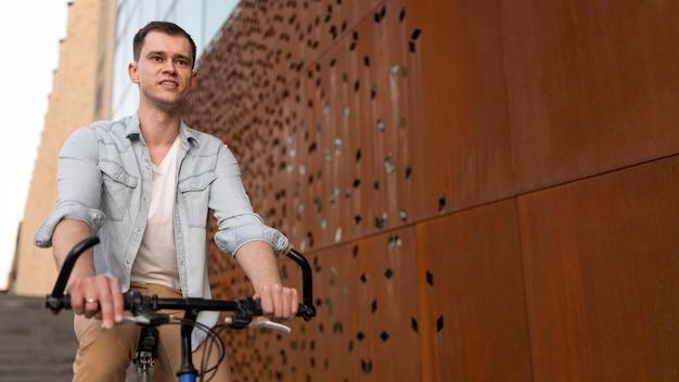 Homem baleado médio em bicicleta