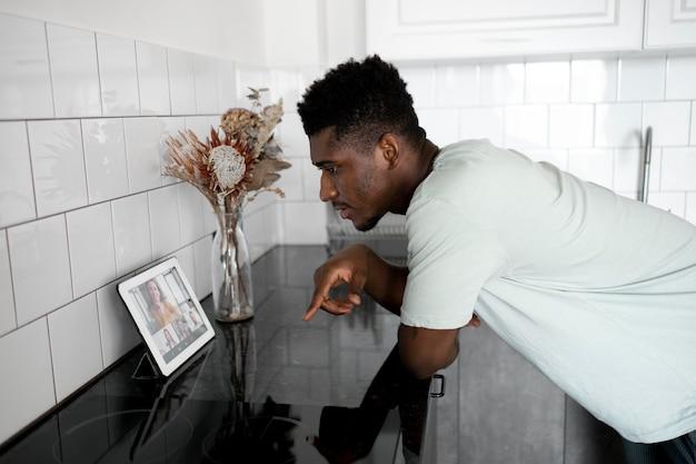 Homem baleado médio em videochamada em casa