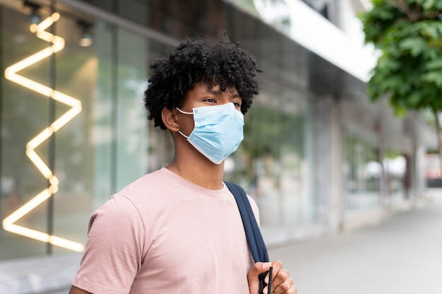 Homem baleado médio usando máscara facial ao ar livre