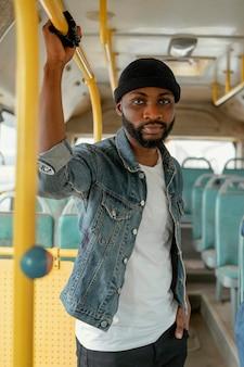 Homem baleado médio viajando de ônibus