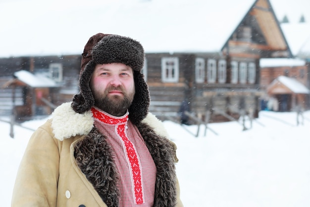Homem barba com roupa tradicional de inverno da era camponesa medieval na rússia