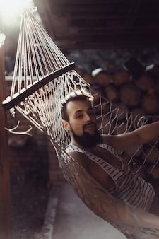Homem barba jogando uma rede em um caloroso dia de verão