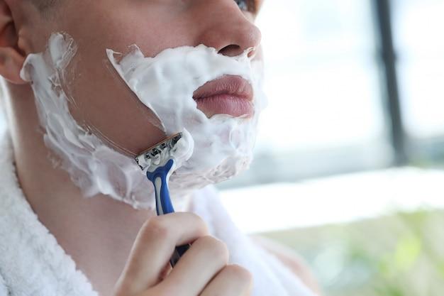 Homem barbear a barba