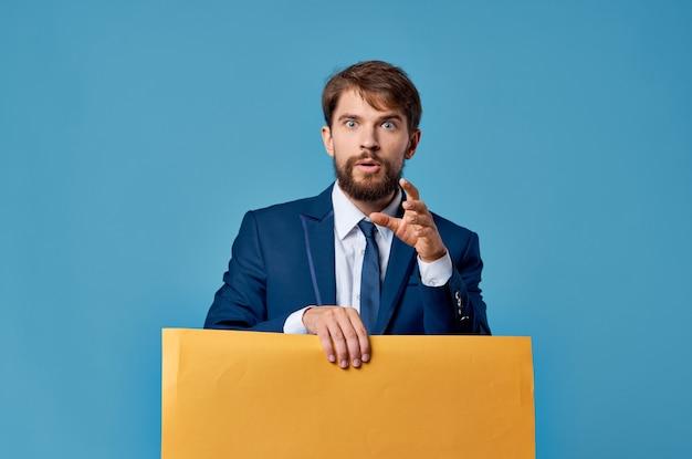 Homem barbudo anunciando fundo isolado de apresentação de faixa amarela
