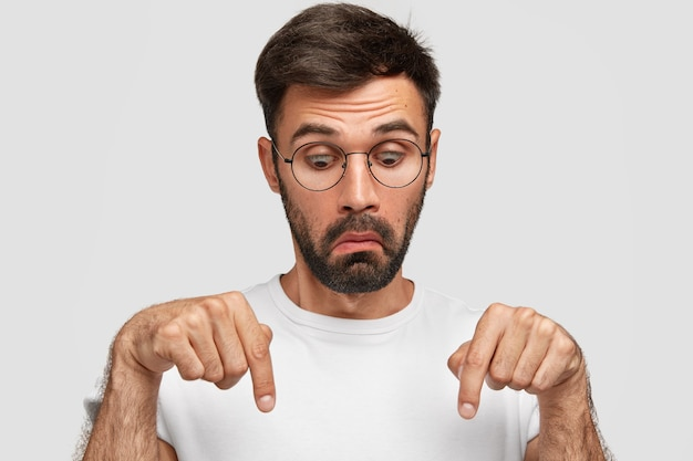 Homem barbudo atordoado com expressão de choque, se perguntando ao ver algo incrível