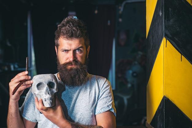 Homem barbudo. barber shop studios. cera de bigode. barbearia. fazendo o corte de cabelo ficar perfeito na barbearia.