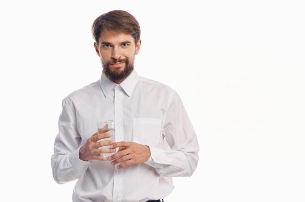 Homem barbudo bebendo água isolada de fundo. foto de alta qualidade