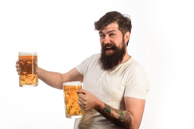 Homem barbudo bebendo cerveja em vidro em bar ou pub barbudo bêbado hippie masculino segurando cerveja artesanal