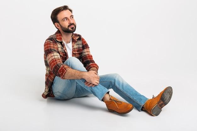 Homem barbudo bonito isolado rindo em estilo hipster