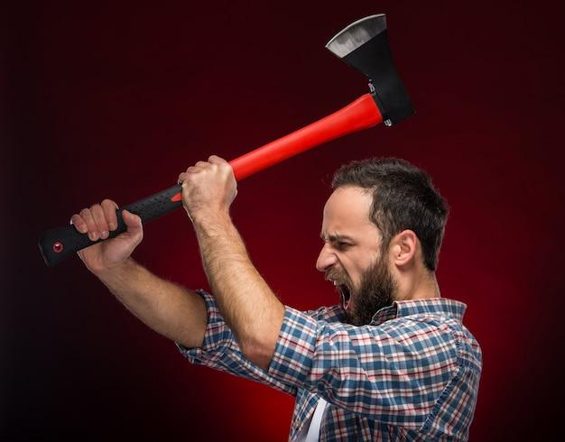 Homem barbudo brutal confiante com grande machado.
