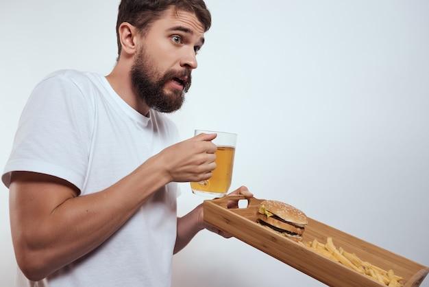 Homem barbudo caneca de cerveja fast food enviesado álcool estilo de vida