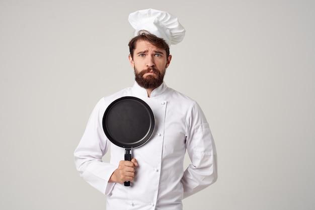 Homem barbudo chef pan cozinhando fundo isolado