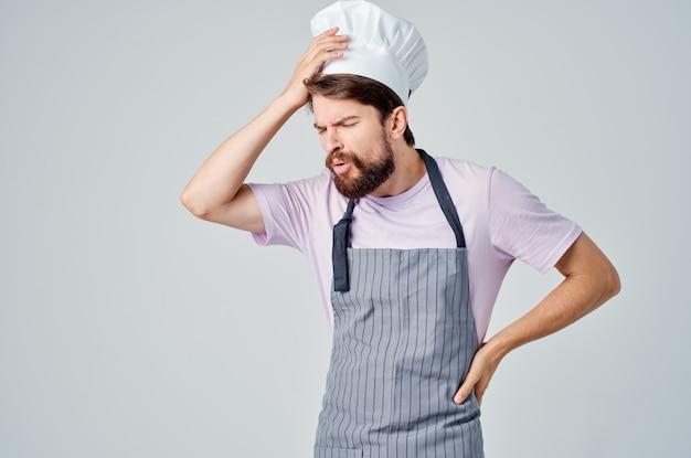 Homem barbudo com avental cozinhando, trabalho, restaurante, estilo de vida