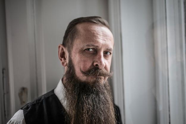 Homem barbudo com bigode grande
