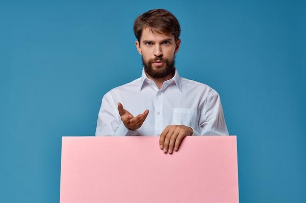 Homem barbudo com camisa branca e propaganda de apresentação de maquete rosa
