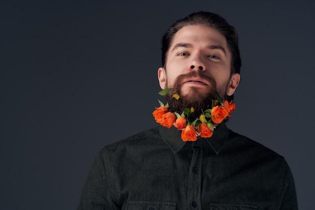 Homem barbudo com camisa preta decoração de flores da moda