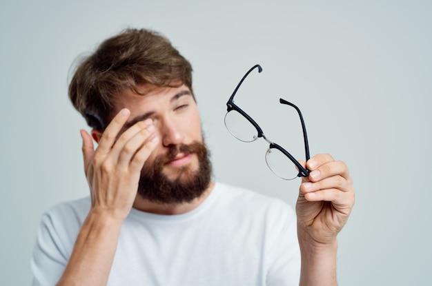 Homem barbudo com close-up de problemas de saúde de visão deficiente. foto de alta qualidade