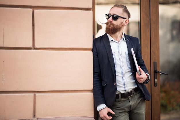 Homem barbudo com computador