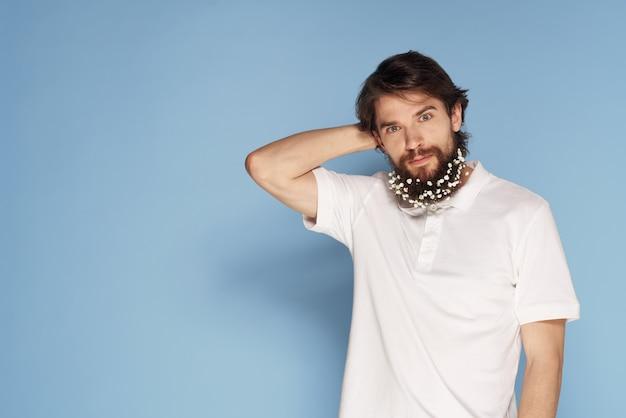 Homem barbudo com flores no cabelo enfeites divertidos camiseta branca fundo azul