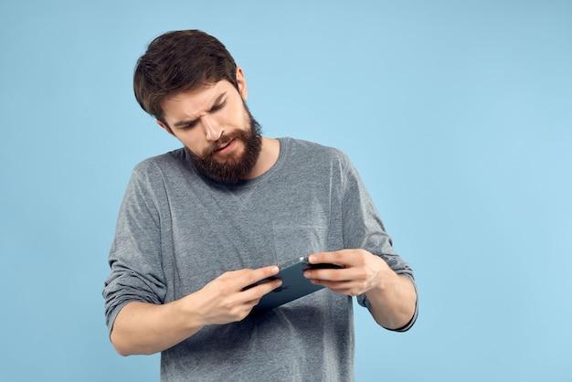 Homem barbudo com laptop trabalhando tecnologia internet