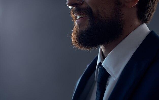 Homem barbudo com óculos sucesso trabalho isolado fundo