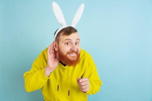 Homem barbudo com orelhas de coelho para a páscoa