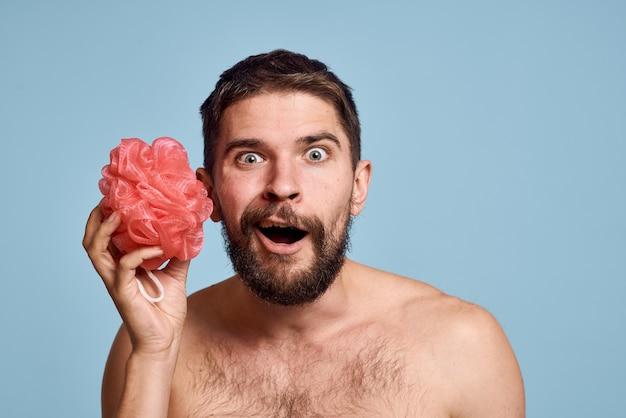 Homem barbudo com pele limpa de toalha de ombros nus tomando banho.