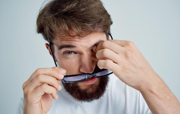 Homem barbudo com problemas de saúde de visão fraca fundo claro