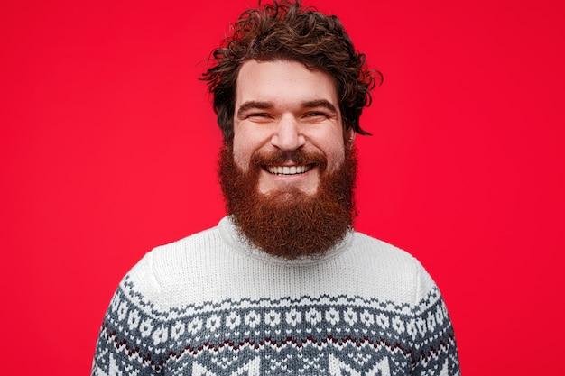 Homem barbudo com roupas de inverno sorrindo