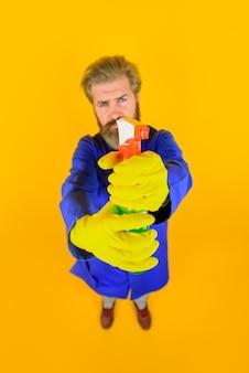 Homem barbudo com spray de limpeza para casa homem barbudo limpo com vassoura para limpeza e desinfecção