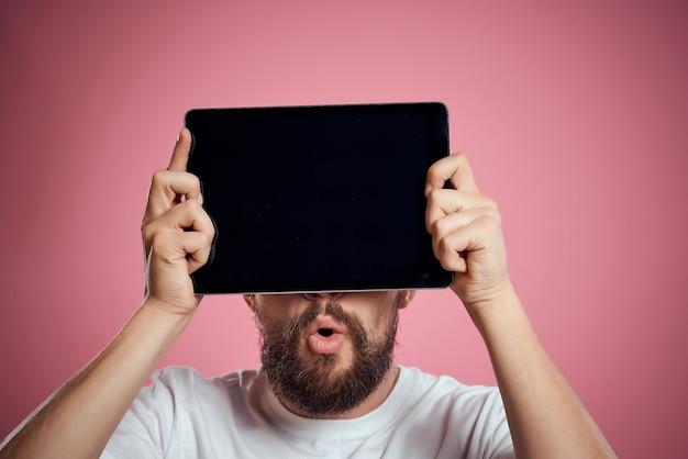 Homem barbudo com tablet nas mãos fundo isolado de comunicação de tecnologia de internet