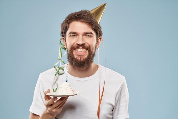 Homem barbudo com um chapéu na cabeça bolo de presente de natal
