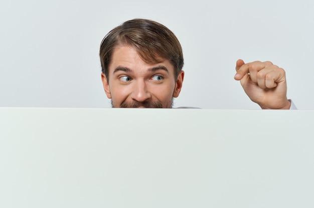 Homem barbudo com uma camiseta branca mocap pôster com desconto anunciando o fundo branco