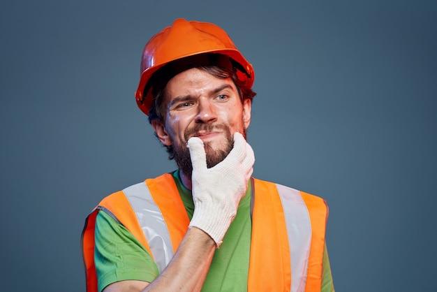 Homem barbudo com uniforme de construção da profissão de trabalho duro
