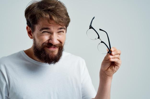 Homem barbudo com visão deficiente de problemas de saúde.