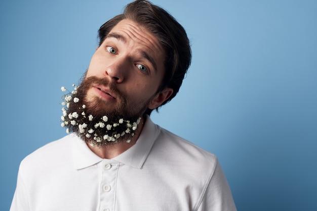 Homem barbudo com vista recortada de t-shirt branca de decoração de flores.