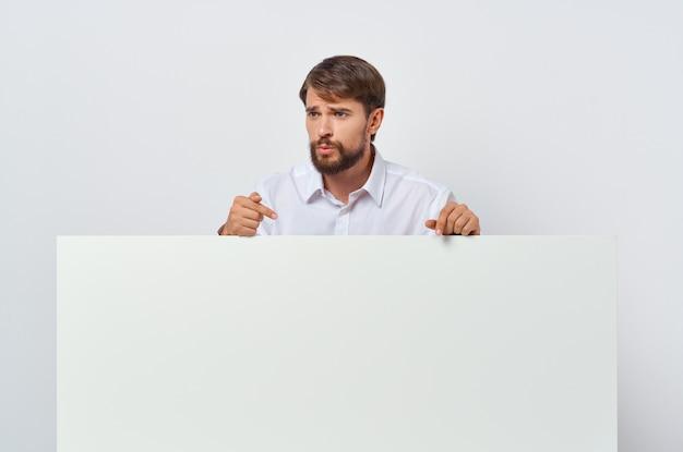 Homem barbudo de terno branco mocap pôster desconto anunciando copyspace estúdio