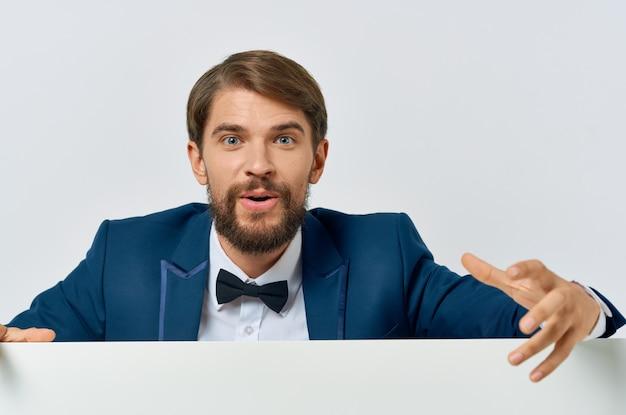 Homem barbudo de terno branco mocap pôster desconto publicidade fundo isolado