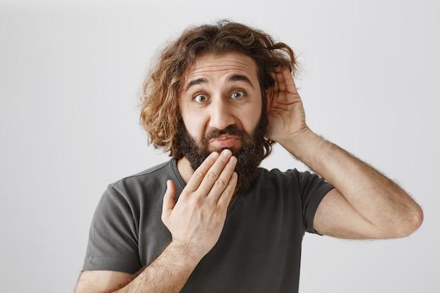 Homem barbudo do oriente médio bisbilhotando e parecendo estranho