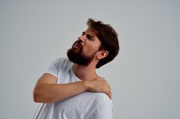 Homem barbudo, dor no pescoço, problemas de saúde, massagem, terapia, estúdio, tratamento