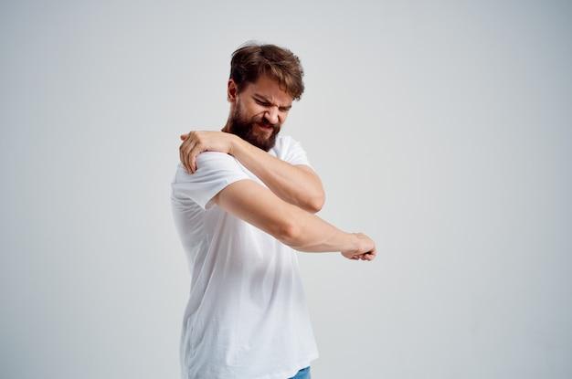 Homem barbudo, dor no pescoço, problemas de saúde, massagem, terapia, isolado, fundo