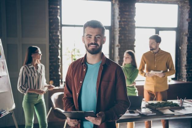 Homem barbudo e alegre tendo feito cursos de análise de negócios